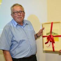 Bürgermeisterin Tanja Schiffmann dankte Dieter Menzl für mehr als drei Jahrzehnte im Gemeinderat. Das älteste und dienstälteste Mitglied des Gremiums schied auf eigenen Wunsch aus. Bild: bey
